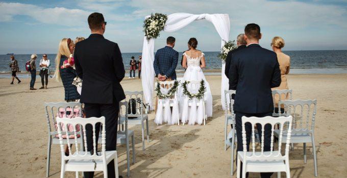 ślub na plaży nad morzem Bałtyckim
